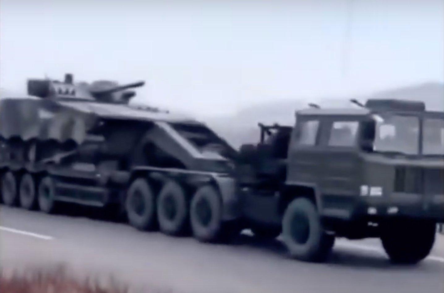 網友拍到從瀋陽市到丹東市的高速路上,出現大批運載裝甲車和坦克的運輸車,連續不斷綿延幾公里。(截圖)