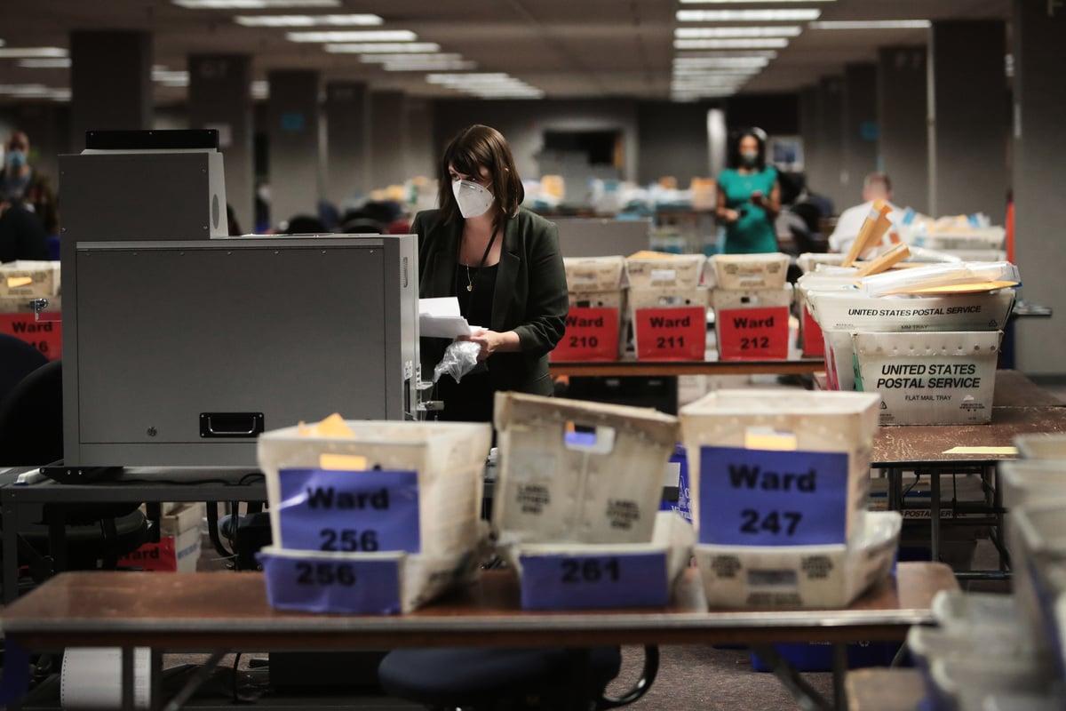 威斯康辛州眾議院議長要求立即對大選過程進行審查。圖為威州密爾沃基選舉委員會的執行董事Claire Woodall-Vogg在收集缺席選票的計票。(Photo by Scott Olson/Getty Images)