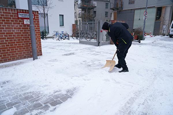2021年2月8日,德國柏林,一位市民正在鏟雪。(Sean Gallup/Getty Images)