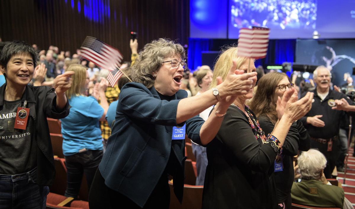1月1日,馬里蘭州勞雷爾。嘉賓們祝賀「新視野號」(New Horizons)科學團隊成員,他們收到了美國太空總署「新視野號」太空船的信號,它在2019年1月1日飛越Ultima Thule區域後傳回了所收集的資料。 約翰斯·霍普金斯大學應用物理實驗室(APL)位於馬里蘭州勞雷爾。(Bill Ingalls- NASA/Getty Images)