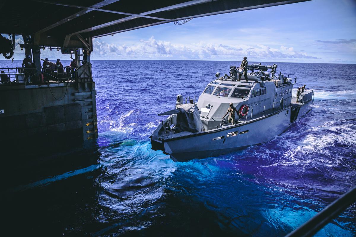 2020年10月4日,在菲律賓海域,美國海上遠征部隊的一艘Mark VI巡邏艇進入兩棲登陸艦康斯托克號(LSD 45)的船塢內。(Sgt. Manuel A. Serrano/美國海軍陸戰隊)