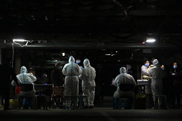圖為河北省石家莊市出現新增病例,1月12日當地市民在接受核酸檢測。(STR/AFP via Getty Images)