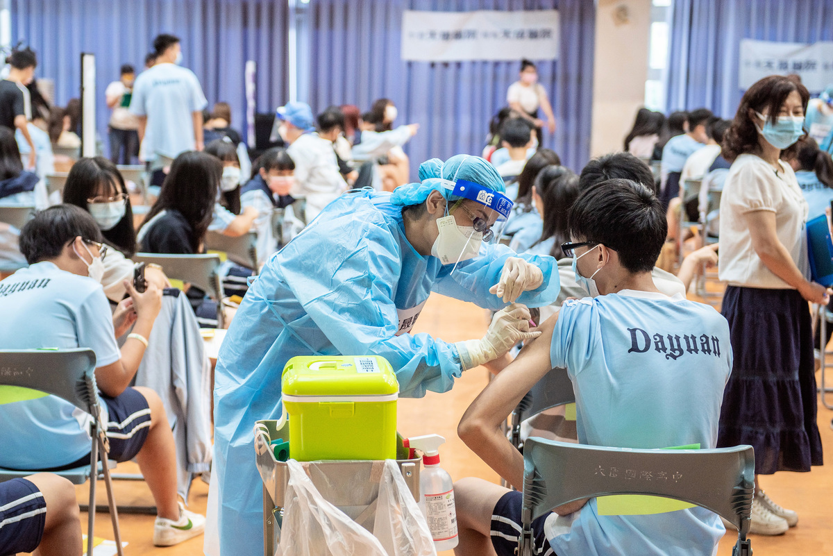 台灣疫苗接種達1千多萬劑,出現多宗不良反應,中醫師直指,疫苗接種後出現副作用,其實就是「中毒反應」。(中央社)