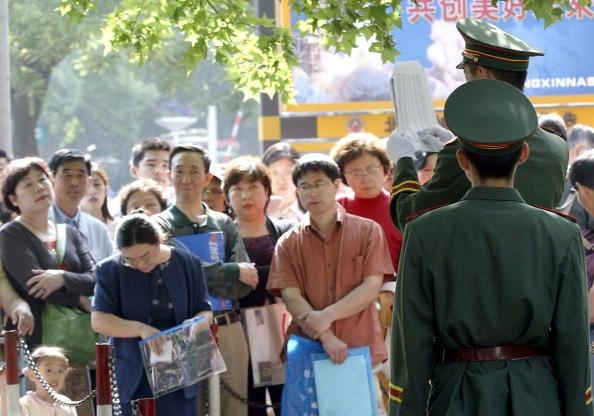 圖為北京美國大使館外排隊等候赴美簽證的人們。示意圖 。(AFP/Getty Images 2004-5-17)
