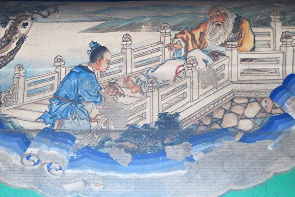 在《西遊記》中,美猴王孫悟空到東海龍宮找龍王喝茶訴苦,一幅「圯橋進履」 畫道出漢朝開國名臣張良與黃石公的一段奇緣,同時他也悟到了真修大道應有的態度。(維基百科公共領域)