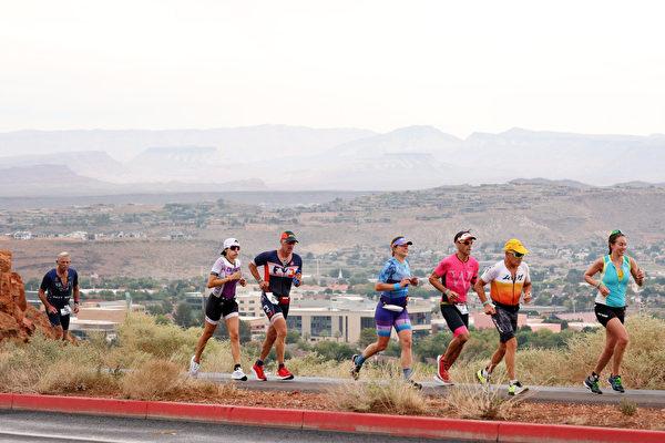 2021年9月18日,美國猶他州聖喬治(St. George),「鐵人70.3世界錦標賽」(IRONMAN 70.3 World Championship)期間,選手們正在進行跑步項目比賽。(Ezra Shaw/Getty Images for IRONMAN)