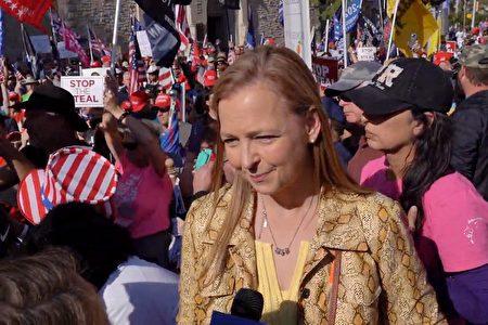 2020年11月21日,茶黨愛國者聯合創辦人珍妮·貝絲·馬丁(Jenny Beth Martin)在佐治亞州亞特蘭大參加了支持特朗普連任、停止竊選的集會。(新唐人電視台影片截圖)