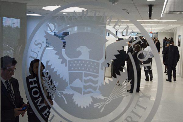 9月4日,美國國土安全部在聯邦公報中公佈蒐集移民申請者的社交媒體信息的通知。(PAUL J. RICHARDS/AFP/Getty Images)