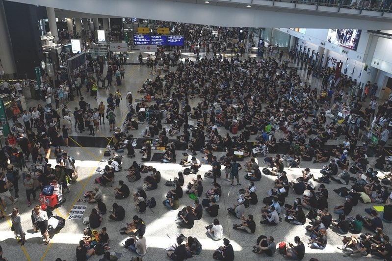有香港網民號召市民8月13日下午再到機場「齊齊再接機」。(Philip FONG/AFP)