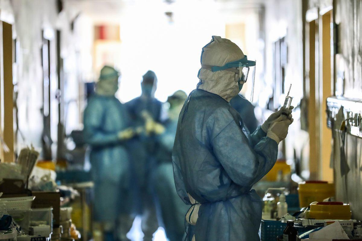 中共隱瞞疫情致使疫情迅猛蔓延後,中國人要求問責中共各級有關官員、呼籲中共下台。圖為武漢紅十字會醫院。(STR/AFP via Getty Images)
