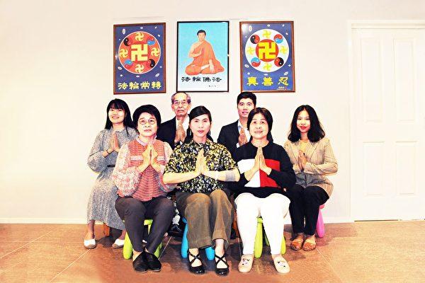 坎培拉市中心真相點小組的法輪功學員給李洪志師父拜年。(明慧網)