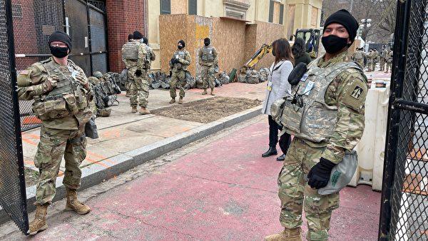 1月19日,華府大街小巷佈滿了國民警衛隊士兵,比行人還多。( DANIEL SLIM/AFP via Getty Images)