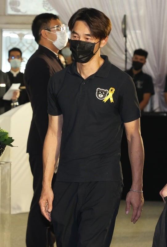 金鐘視帝龍劭華14日逝世,追思告別式22日下午在台北市第一殯儀館景行廳舉行,藝人李李仁(前)出席致哀。