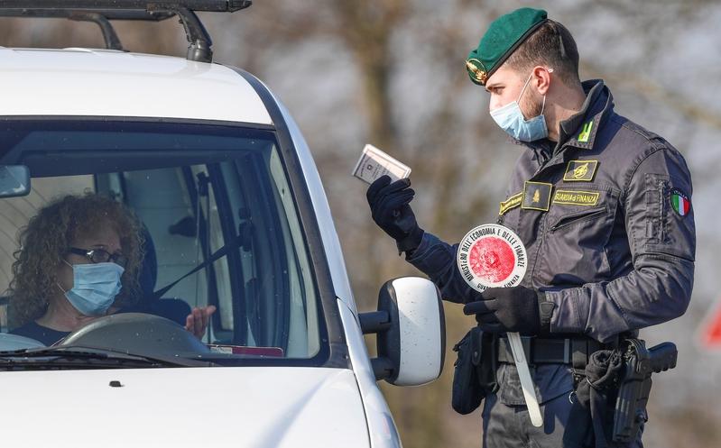 2020年2月24日,為防止疫情擴散,意大利北部加強檢疫措施。圖為意大利警察在米蘭東南部Zorlesco小鎮進行檢查。(MIGUEL MEDINA/AFP via Getty Images)