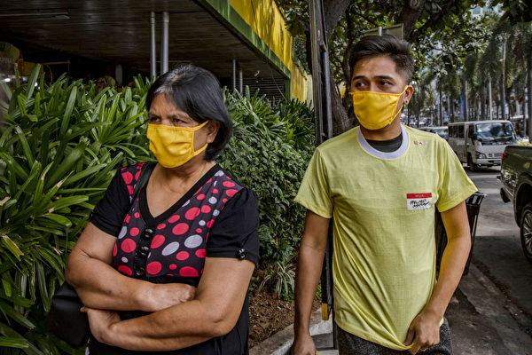 2月21日在菲律賓的路人。(Ezra Acayan/Getty Images)