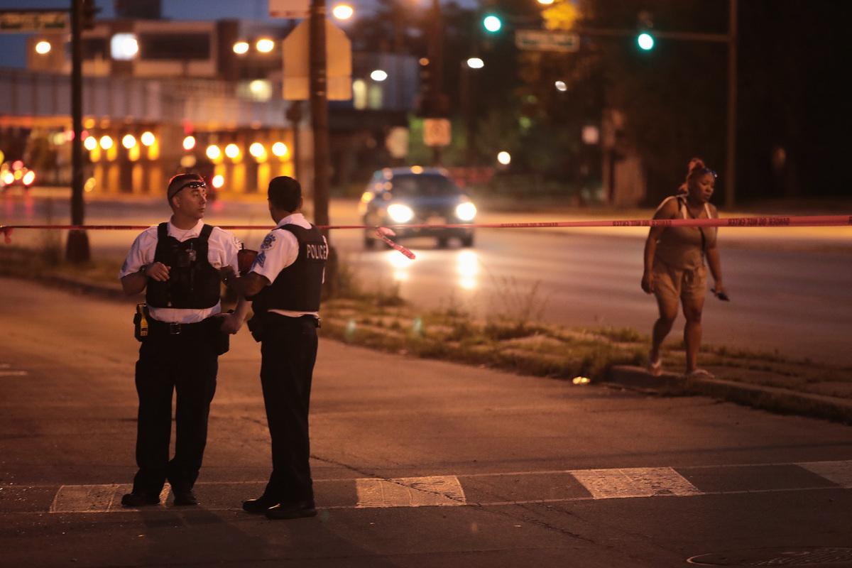 圖為美國伊利諾伊州芝加哥市警方在搜索證據時圍起犯罪現場。示意圖。 (Scott Olson/Getty Images)