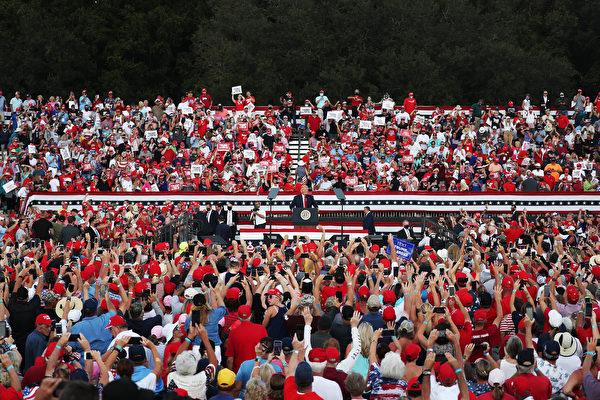 2020年10月23日,美國總統特朗普在佛羅里達州的村莊馬球俱樂部舉辦競選活動、發表演講。(Joe Raedle/Getty Images)