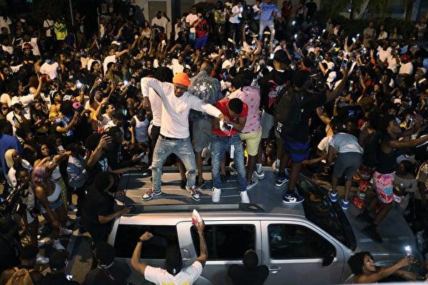 佛羅里達邁阿密海灘於2021年3月21日晚8點實施宵禁,但人們仍在該地區聚集在一起。大學生們已經抵達爾富爾羅里達州南部地區參加一年一度的春假儀式。隨著中共病毒疫情的繼續,該市官員決定實施晚上8點至早上6點的宵禁令。(Joe Raedle/Getty Images)