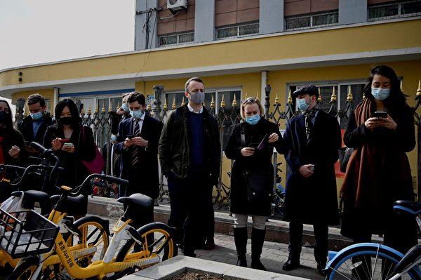 3月19日,加拿大公民斯帕沃爾(Michael Spavor)案件在遼寧丹東中級法院開審。加拿大、美國、澳洲、等多國駐華外交人員到場要求旁聽但被拒絕。(NOEL CELIS/AFP via Getty Images)