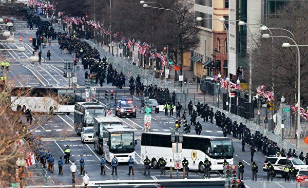 2020年1月,拜登就職典禮在即,華府高度戒備,街上佈滿士兵。(TASOS KATOPODIS/POOL/AFP via Getty Images)