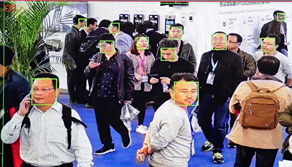 2018年10月24日,在北京中國國際展覽中心舉行的第十四屆中國國際公共安全與安保展覽會上,參觀者被人工智能安全錄像頭用面部辨識技術拍攝。 (Nicolas Asfouri/AFP via Getty Images)