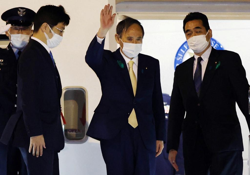 東京時間2021年4月15日晚,菅義偉在出發前往美國前對記者說:「我想與拜登先生建立信任,並進一步加強日美同盟,使我們以自由、民主、人權和法治的普遍價值觀團結在一起。」(STR/various sources/AFP)