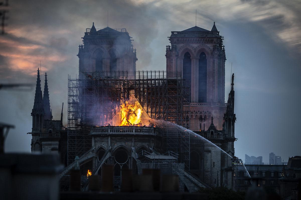 4月15日,巴黎著名地標聖母院(Notre-Dame Cathedral)慘遭祝融肆虐,屋頂幾乎全毀。有人發現熊熊火焰中出現耶穌身影及人臉,引發網友熱議。( Veronique de Viguerie/Getty Images)