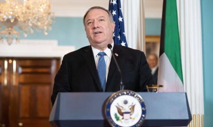 2020年11月24日,在華盛頓DC的美國國務院,國務卿邁克‧蓬佩奧在與科威特外長會面前對媒體講話。(Saul Loeb/Pool/AFP via Getty Images)
