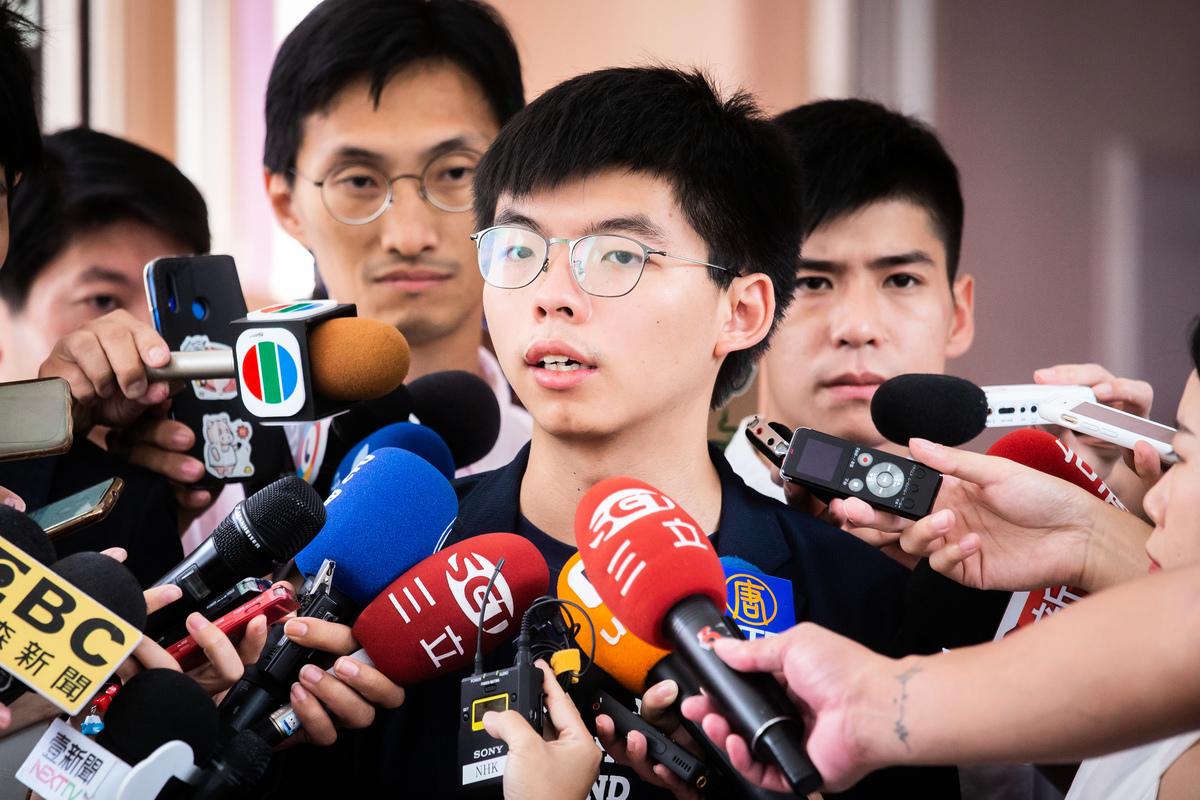 香港眾志秘書長黃之鋒(中)9月5日表示,林鄭月娥是「非常愛作秀的政治人物」,撤回條例只是以退為進,所以他們堅持「五大訴求,缺一不可」,示威活動會持續。(陳柏州/大紀元)