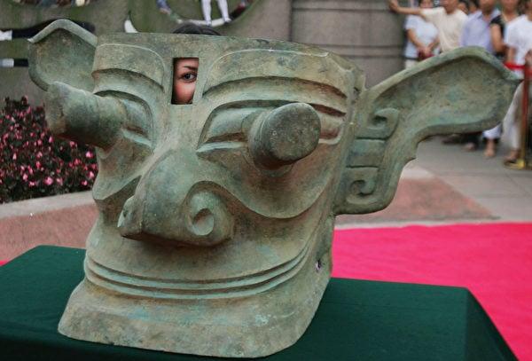 圖為2005年6月16日,四川廣漢市三星堆博物館展出的奇特青銅造像。(China Photos/Getty Images)