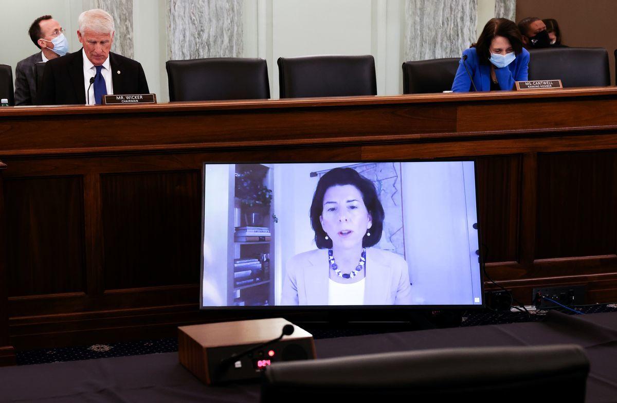 2021年1月26日,羅德島州州長吉娜·雷蒙多(Gina Raimondo)通過影片遠程出席參議院商務、科學和交通委員會舉行的確認商務部長聽證會。(JONATHAN ERNST/POOL/AFP via Getty Images)