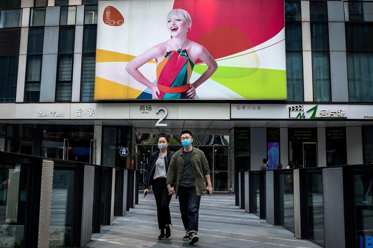 中美貿易戰及中共肺炎疫情影響,中國經濟持續下行。圖為4月19日北京一家購物中心。(AFP/Getty Images)