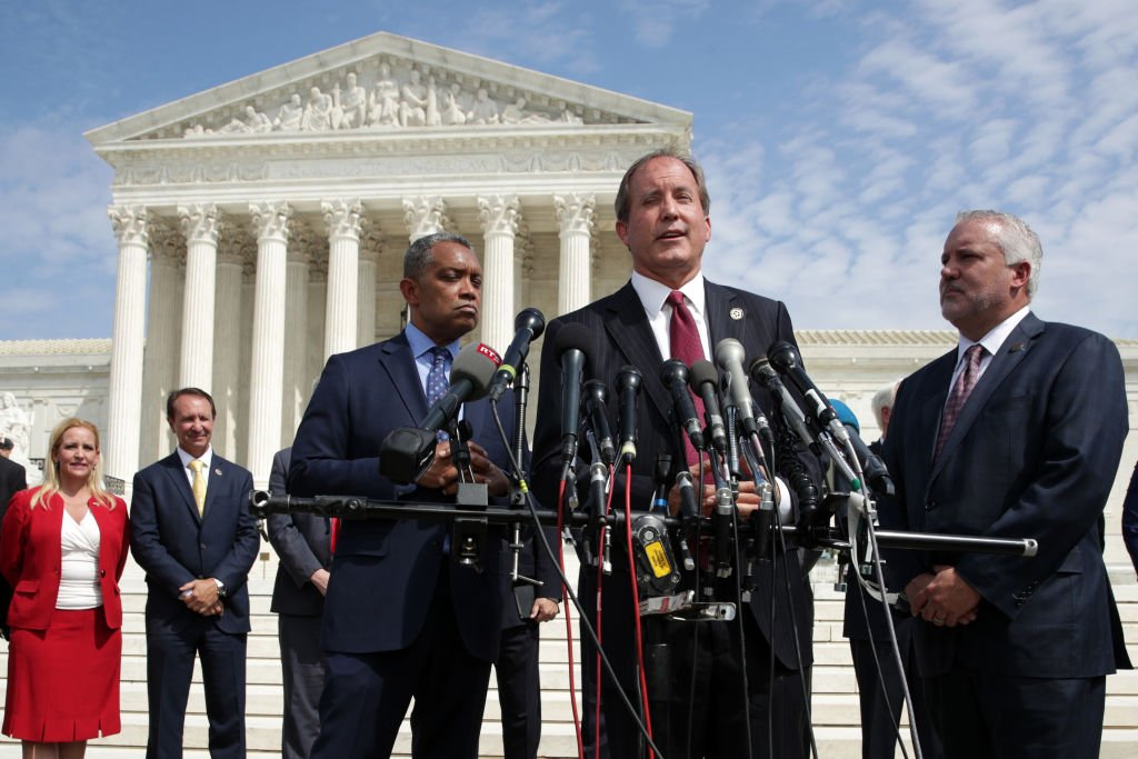 圖為美國德薩斯州總檢察長肯·帕克斯頓(Ken Paxton)在華府最高法院前發言。(Alex Wong/Getty Images)