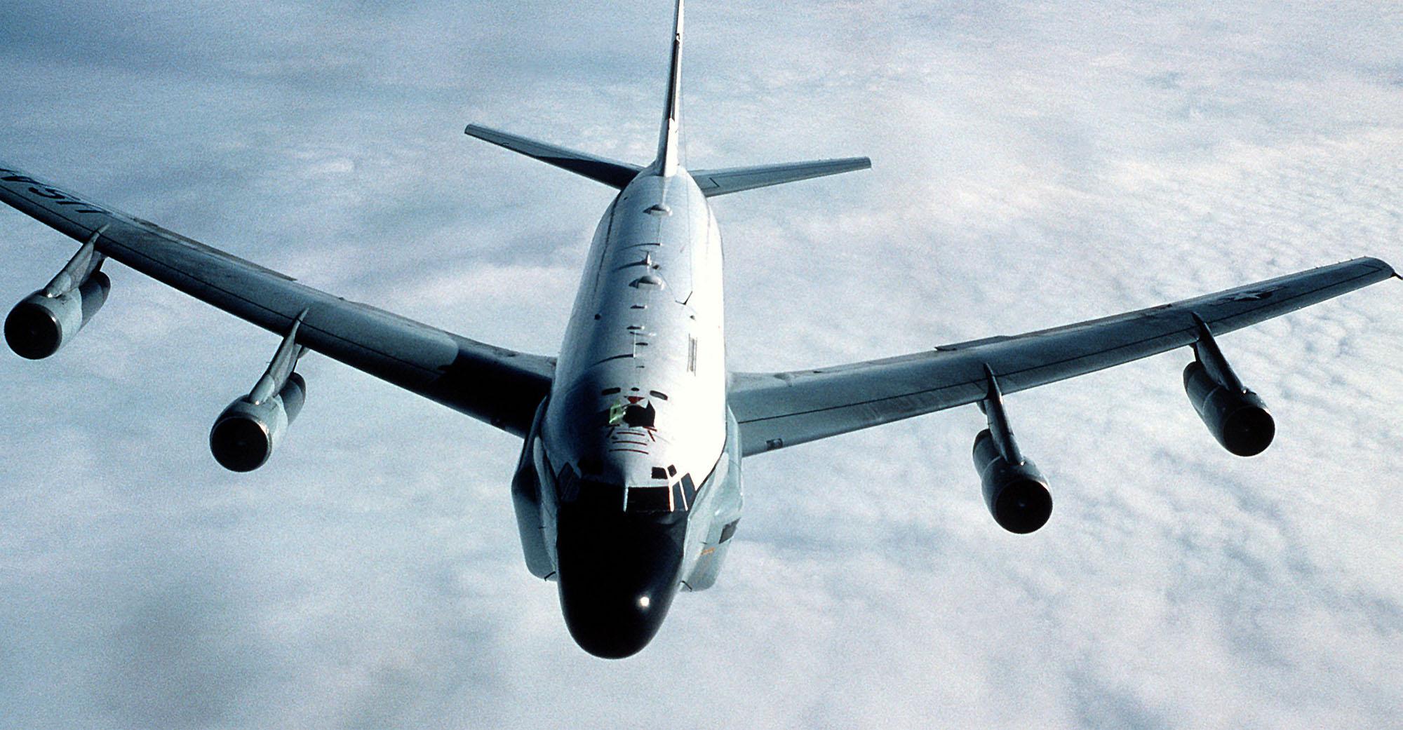 中共2020年04月10日派出轟6、空警500、殲11等機,在台灣西南方海域執行遠海長航訓練;美軍中午時也隨即出動一架RC-135U電偵機飛進巴士海峽,往台灣西南海域偵巡。圖為RC-135U電偵機。(Getty Images)