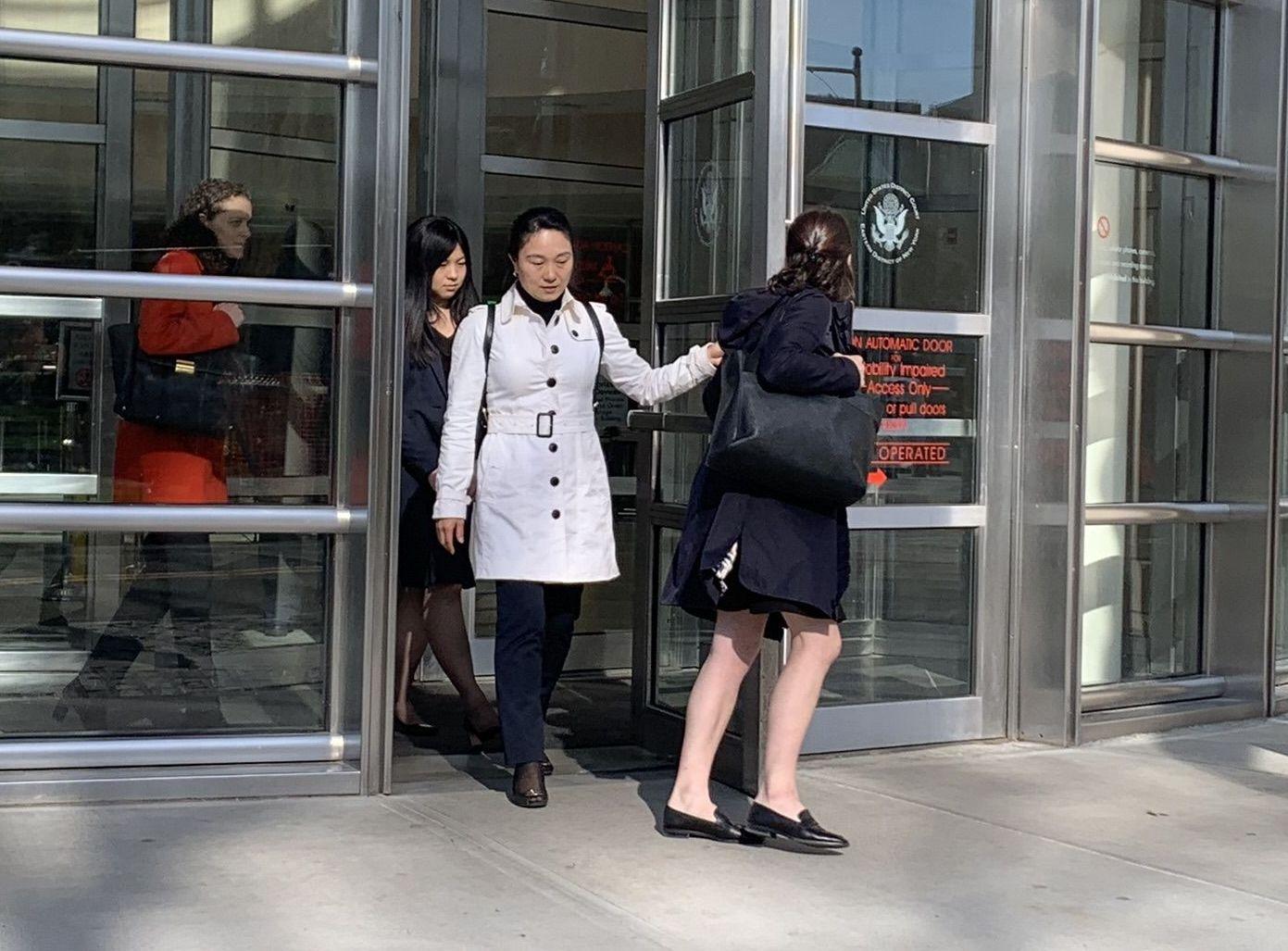 林英(白外套)4月17日認罪後走出法庭。(蔡溶/大紀元)