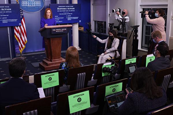 白宮發言人珍妮弗.薩奇(Jen Psaki)在1月20日晚間7時的拜登政府首次白宮新聞發佈會上。(Chip Somodevilla/Getty Images)