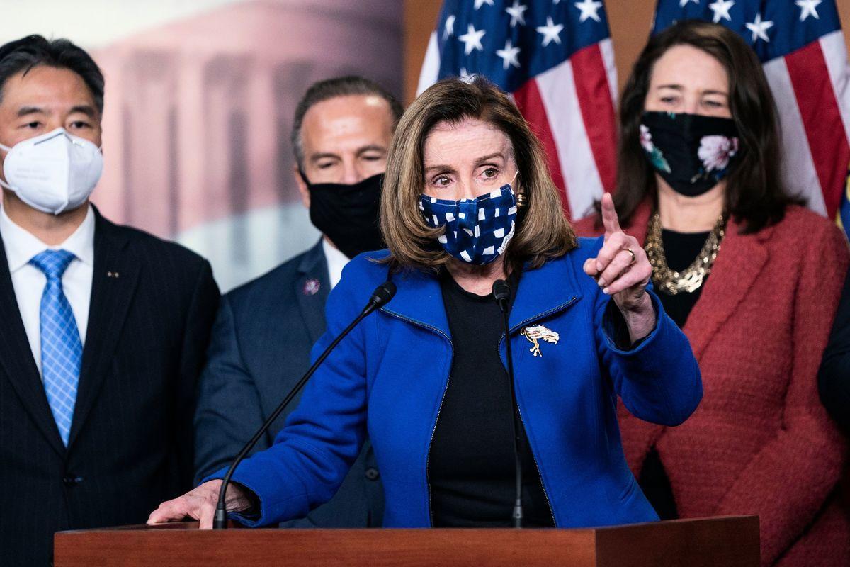 圖:2021年2月13日,美國參議院投票宣佈前總統特朗普無罪後,眾議院議長南希‧佩洛西與眾議院彈劾經理人一起向媒體發表講話。(ALEX EDELMAN/AFP via Getty Images)