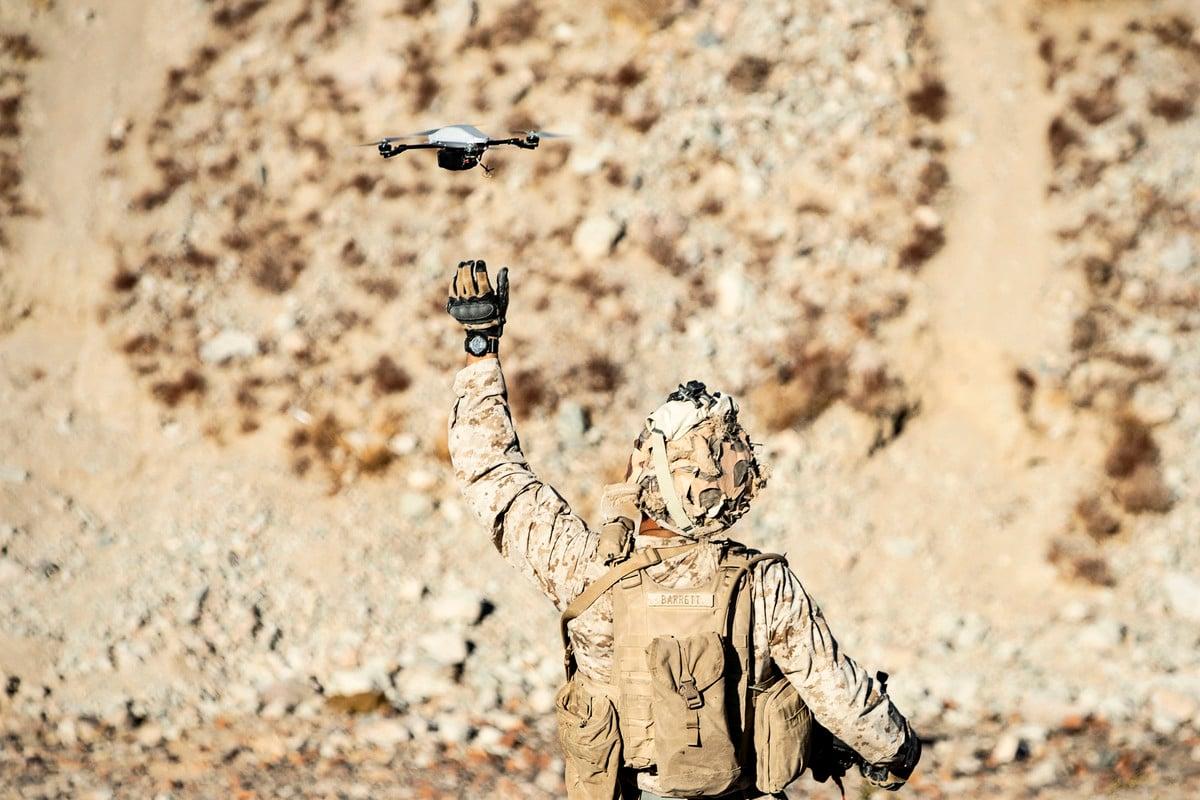 美國中央司令部表示,美軍擊殺了一名「阿蓋達組織高級領導人」。圖為2019年10月23日,美國海軍陸戰隊成員在操作小型無人機,示意圖與本文無關。(U.S. Marine Corps photo by Cpl. Timothy J. Lutz)