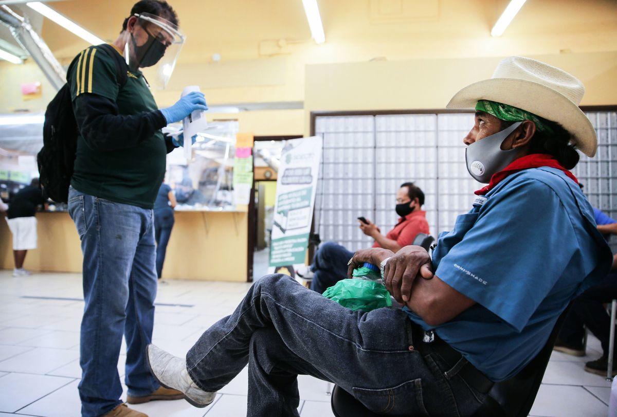 據美國勞工局周二(10月20日)發佈的數據,嚴格限制經濟重開的加州,9月的失業率排全美第三高。圖為在加州就業發展局(EDD)填寫申請救濟金錶格的加州失業者。(Mario Tama/Getty Images)