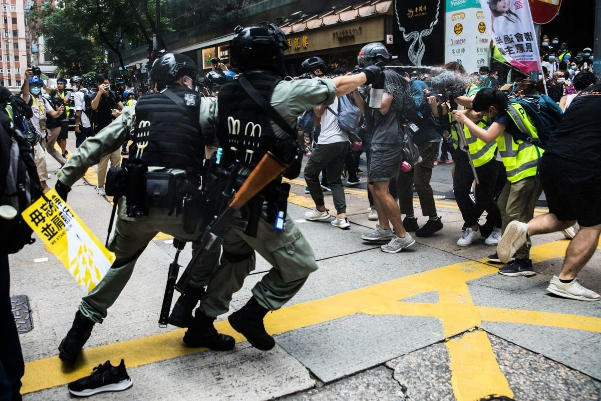 2020年7月1日,港人大遊行前,警方已噴射胡椒噴霧。(DALE DE LA REY/AFP via Getty Images)