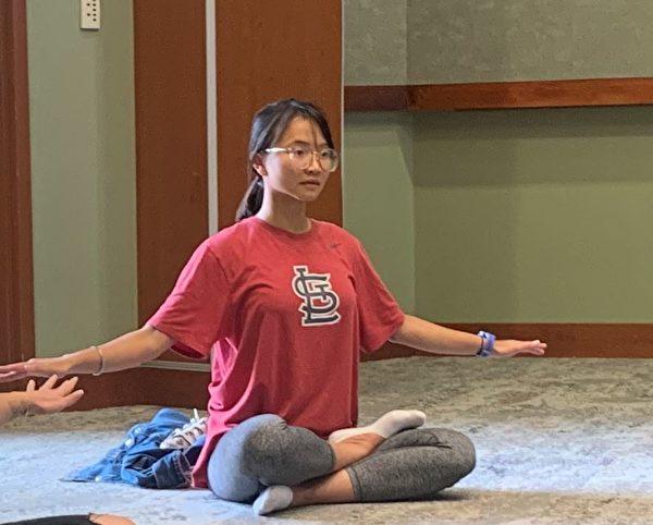 瑪麗‧鄧(Mary Dang)在學煉第五套功法「神通加持法」。(明慧網)