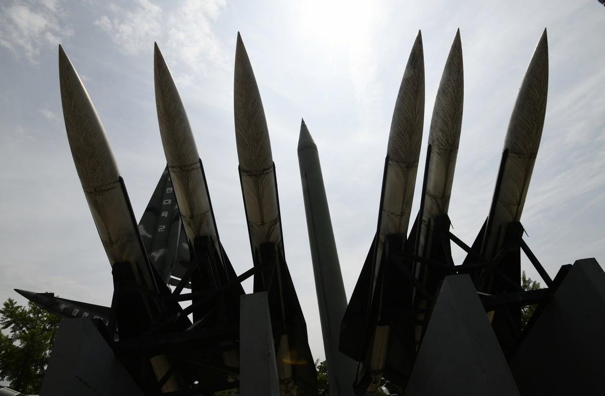 上周特金二會無協議落幕,周二(3月5日),韓聯社(Yonhap News Agency)報道,南韓情報部門發現北韓似正在恢復東倉里(Dongchang-ri)導彈試射場的部份設施,裝上屋頂及一扇門。圖為南韓展示的北韓Scud-B導彈(圖中)及南韓Hawk地對空導彈(圖前方)。 (JUNG YEON-JE/AFP/Getty Images)