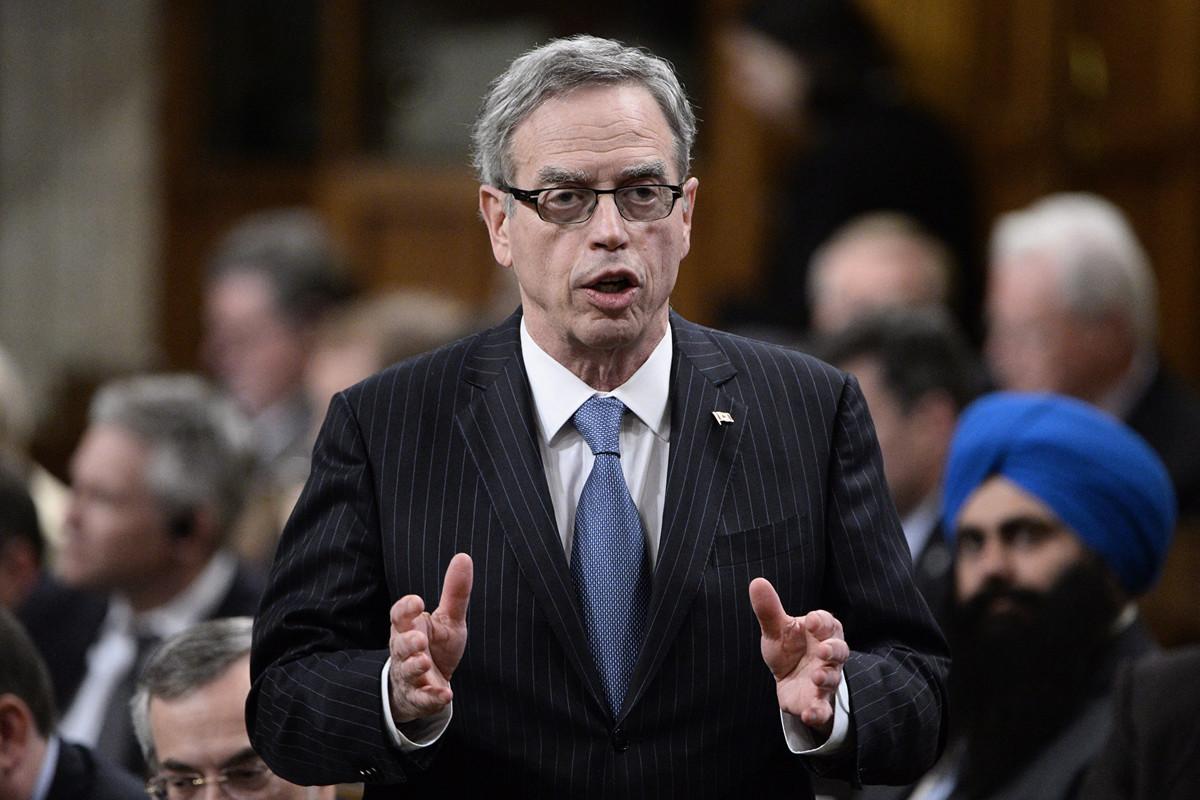 前加拿大財長奧利弗表示,2020年1月23日武漢封城,中共卻允許武漢人飛往世界各地,中共應對疫情的傳播負責。圖為奧利弗2015年6月在國會回答問題。(加通社)
