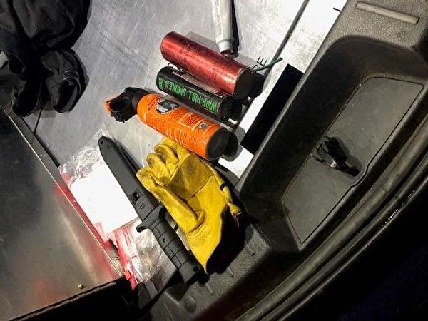 2021年1月20日,俄勒岡州波特蘭市警方從騷亂者手中繳獲的部份物品。(波特蘭警察局)