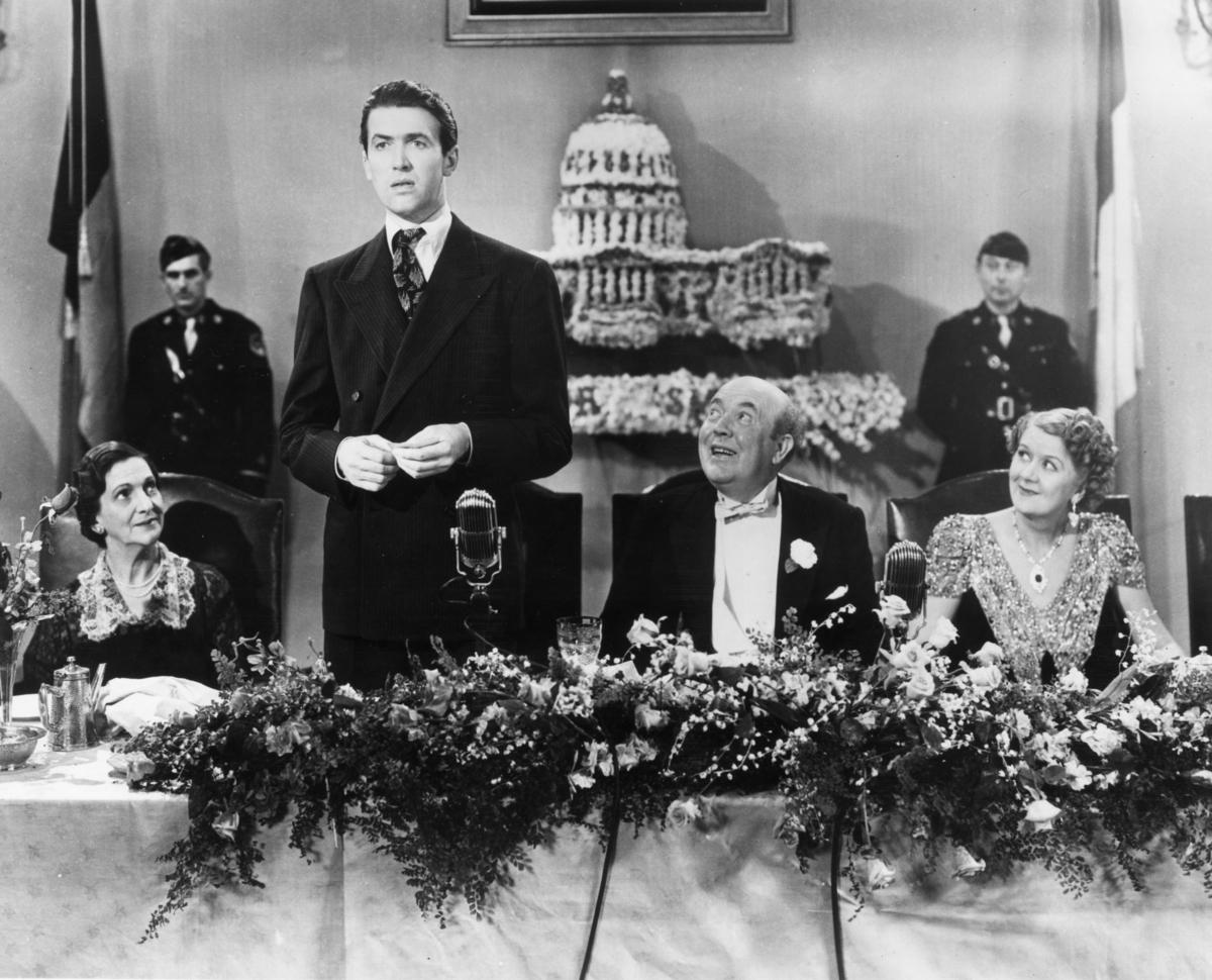 左到右,比拉‧邦迪(Beulah Bondi)、詹姆斯‧史都華(James Stewart)、蓋伊‧基比(Guy Kibbee),以及露絲‧唐納利(Ruth Donnelly)在電影《華府風雲》的劇照(Hulton Archive/gettyimages.com)