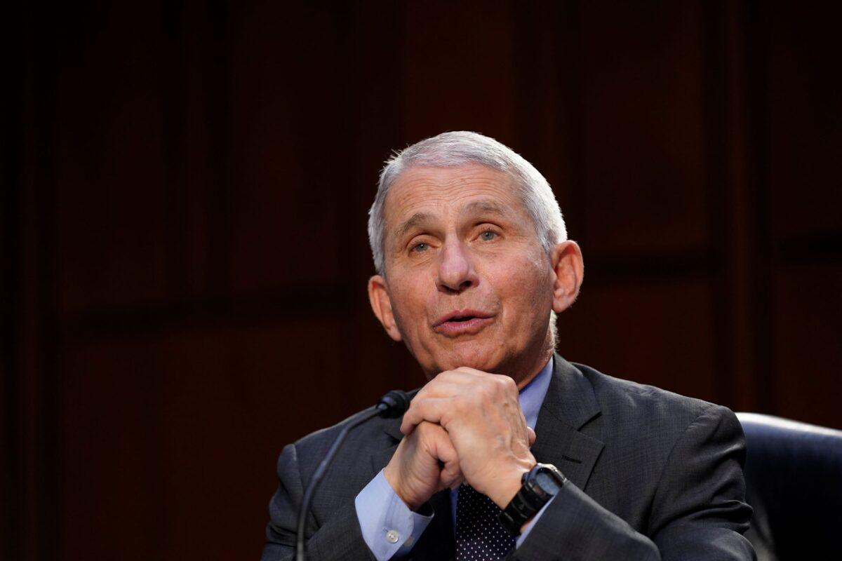 2021年3月18日,安東尼·福奇(Anthony Fauci)博士在國會參議院,就聯邦應對新冠疫情的情況作證。(Susan Walsh-Pool/Getty Images)