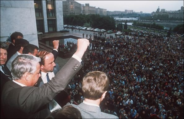 1991年8月19日,葉利欽號召軍隊和市民抵制「8‧19」政變,宣佈蘇共為非法組織,並限制其在蘇聯境內的活動。(法新社)