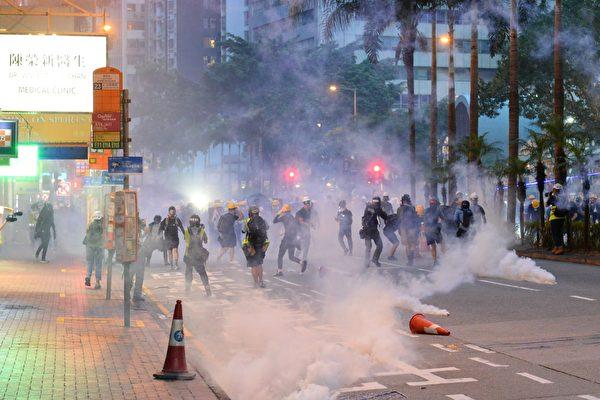 香港反送中運動以來,港警動用催淚彈、布袋彈、橡膠子彈、海綿彈等具殺傷力的武器,暴力鎮壓示威人群。(宋碧龍/大紀元)