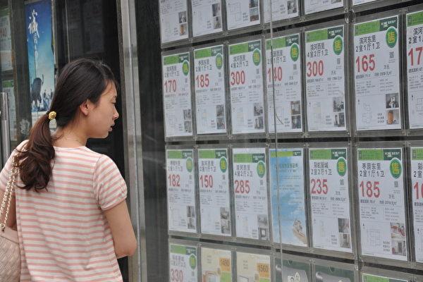10月1~5日,北京二手房前5天的網簽數量為26套。圖為北京一市民正在查看房產中介公司貼出的資訊。 (大紀元資料室)
