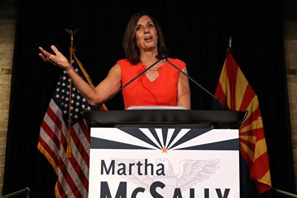 圖為亞利桑那州共和黨國會參議員瑪莎·麥克薩利(Martha McSally),她提議的「COVID受害者的民事審判法」將授權美國人起訴中共,可依法凍結中共政府資產以及剝奪其主權豁免權。(Justin Sullivan/Getty Images)
